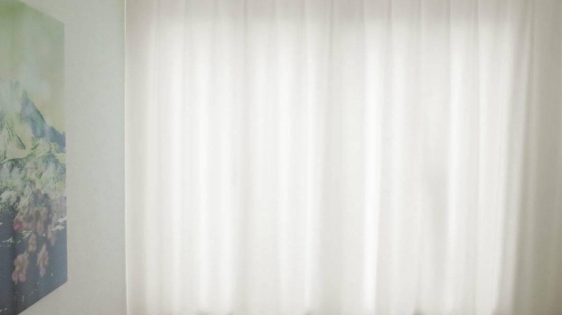 schlafzimmer einrichten nachtvorhang blickdicht lichtdurchl ssig weiss leichter glanz. Black Bedroom Furniture Sets. Home Design Ideas